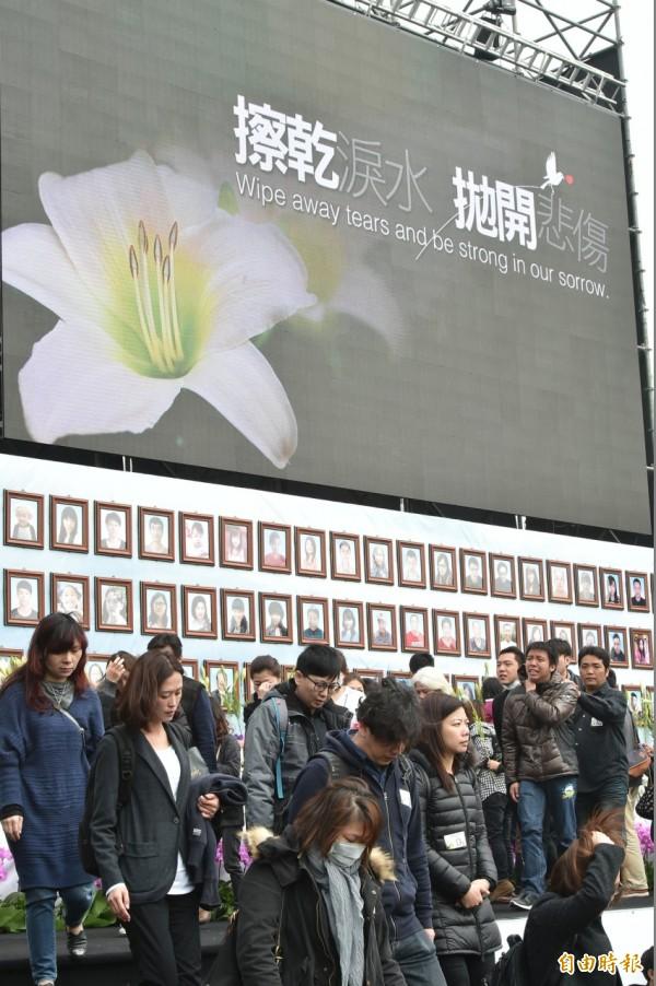 今天台南震災罹難者聯合奠祭暨追思會,在市立體育場舉行。(記者張忠義攝)