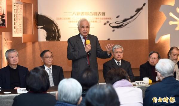 前考試院長姚嘉文(左三)等人27日出席於二二八國家紀念館舉辦的「228新書聯合發表會」。(記者羅沛德攝)