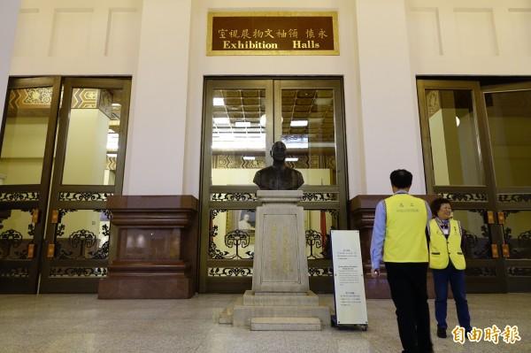 被視為是228元兇的蔣介石,有不少銅像在紀念日前夕遭到破壞。(資料照,記者王藝菘攝)