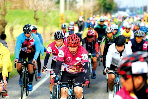 台北市長柯文哲挑戰雙塔,昨晨從富貴角塔出發,昨下午騎經彰化芳苑。(台北市政府提供)