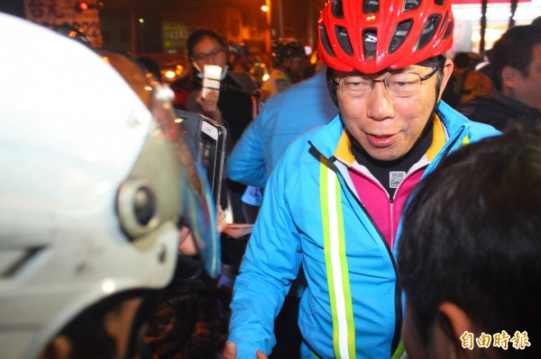 台北市長柯文哲騎單車挑戰一日雙塔,抵達永安區休息時,已打破個人最遠380公里的紀錄。(記者陳祐誠攝)