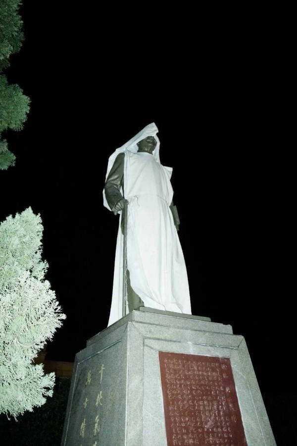 中興新村中興會堂前蔣介石銅像,今天凌晨被人蓋上白布惡搞,宛如披麻戴孝。(翻攝自臉書)