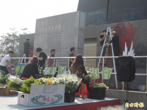 雲林古坑二二八紀念公園主碑被破壞,活動承辦廠商及工作人員忙著清除。(記者廖淑玲攝)