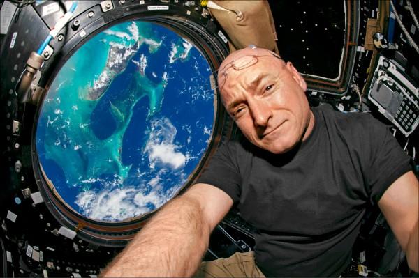 美國太空人史考特.凱利即將於3月1日返回地球,成為連續待在太空最久的美國人。圖為凱利去年7月12日在國際太空站穹頂艙(Cupola)的自拍照。(美聯社)