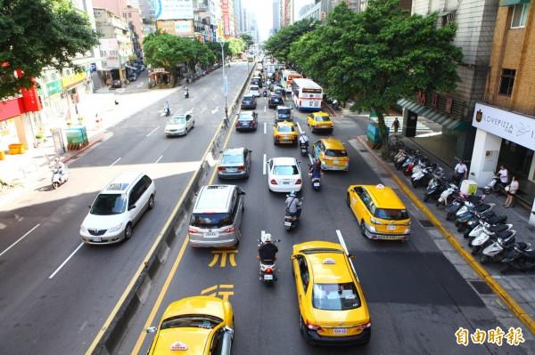 台北市許多內側車道有「禁行機車」字樣。圖為示意圖。(資料照,記者吳亮儀攝)