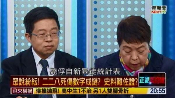 謝啟大參加壹電視政論節目《正晶限時批》時拿著從國史館借出的史料著作指出,遭清鄉擊斃的台灣人一共43名。(圖擷取自壹電視)