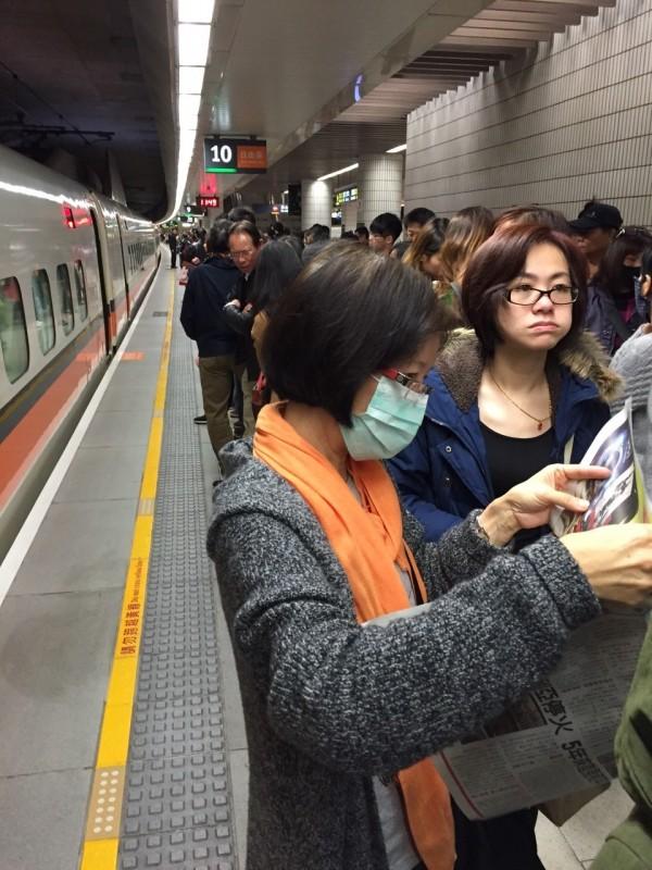 高鐵站月台擠滿候車旅客。(圖片民眾提供)