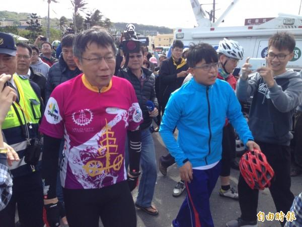 台北市長柯文哲雙塔挑戰已到恆春,體力流失到了極限,全力挑戰自己的紀錄。(記者蔡宗憲攝)