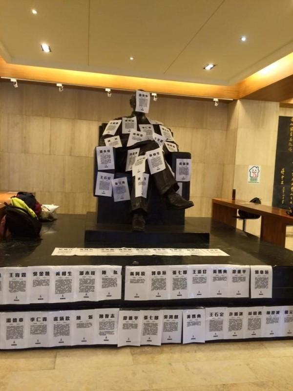 律師黃帝穎在228當天表示,校園威權遺毒不只老蔣銅像,「更有全球民主國家都沒有的學校教官」。(政大野火陣線提供)