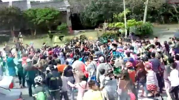柯文哲抵達終點後遭到群眾包圍拍照。(圖擷自livehouse直播)