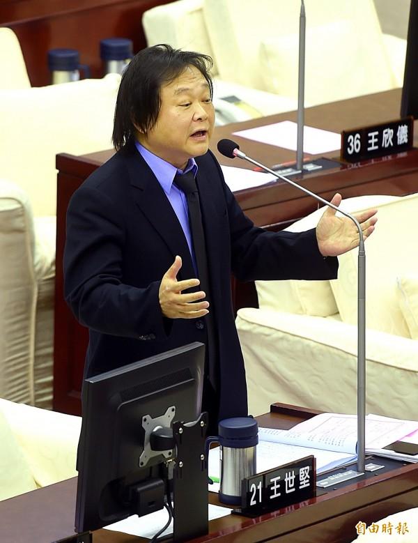 王世堅提到,俞國華的言論與撕毀學生海報的政大教官雷同,「就是外省權威心態」。(資料照,記者方賓照攝)