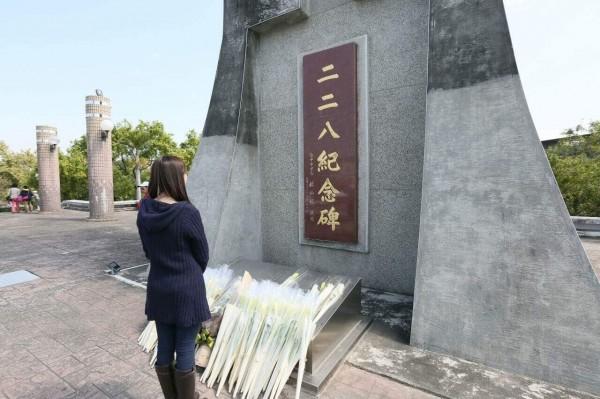 洪慈庸到台中市228紀念公園悼念228事件。(圖擷取自洪慈庸臉書粉絲團)