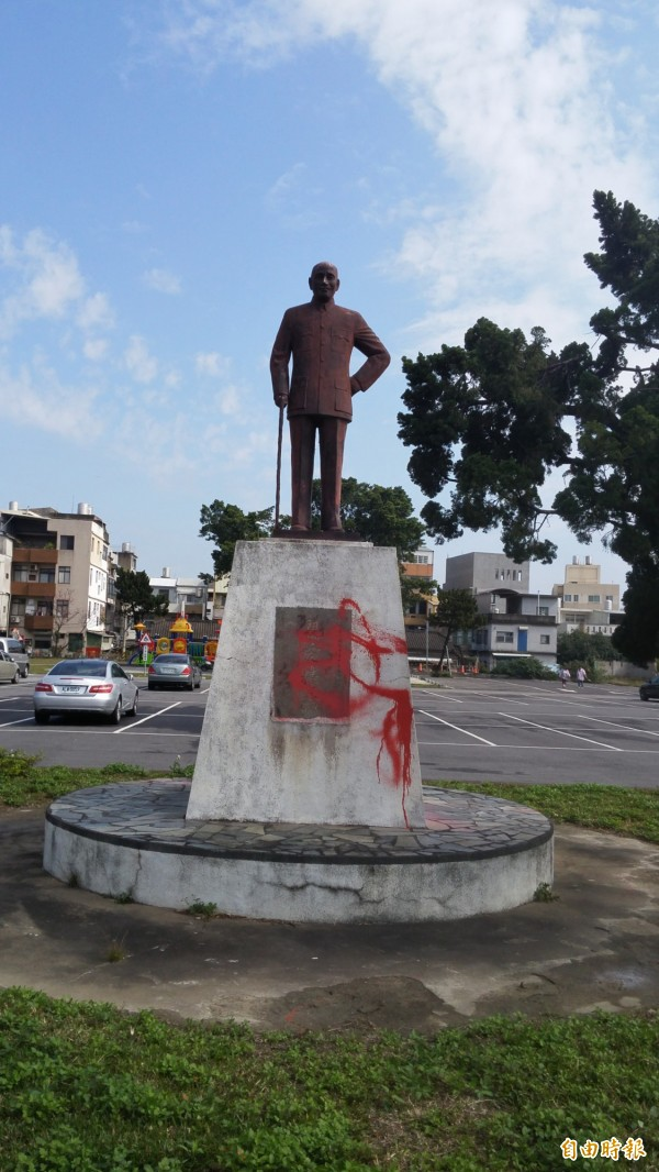 蔣介石銅像被潑漆。(記者蔡政岷攝)