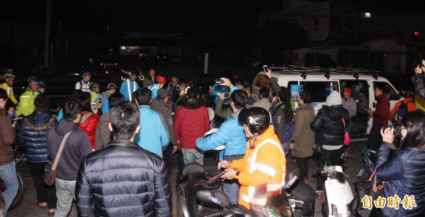 近百支持者到場熬夜守候,只為了幫柯文哲打氣。(記者陳彥廷攝)