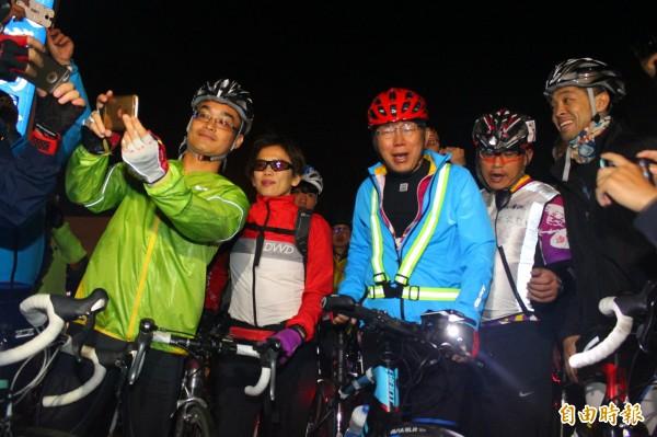 台北市長柯文哲(藍衣)騎單車挑戰雙塔,昨日從富貴角燈塔出發,終點為鵝鑾鼻燈塔。(記者陳祐誠攝)