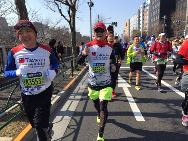 台北市議員阮昭雄成功挑戰東京馬拉松,也透過這次機會了解東京如何動員上萬志工,吸引萬人參賽,帶來百億日圓行銷方法。(阮昭雄提供)