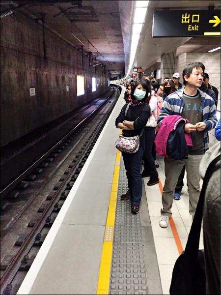 民眾在高鐵板橋站候車,擠如沙丁魚。(民眾提供)