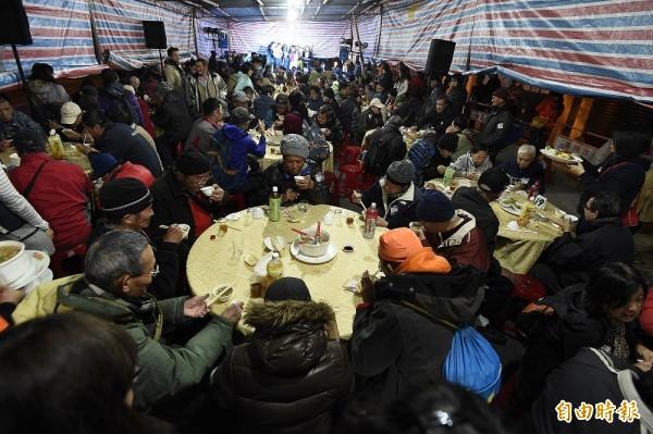 人權辦桌工作小組在青島東路與鎮江街口席開二十桌邀請政治受難者、街友以及人權工作者,一同坐下來吃飯。(記者陳志曲攝)