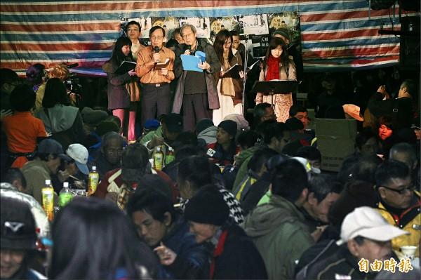 「人權辦桌」活動募資成功,昨晚為政治受難者、受難者家屬、街友及人權工作者席開二十桌。政治受難者陳欽生等人上台獻唱。(記者陳志曲攝)