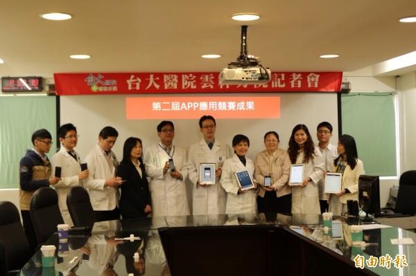 台大雲林分院醫護人員開發多款APP軟體,導入醫療服務中。(記者詹士弘攝)