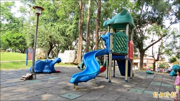 建設局表示,公園的兒童遊具多半是塑膠製,將建議改為傳統材質,如木石材質,避免釋出塑化劑,危害民眾健康。(記者蘇金鳳攝)