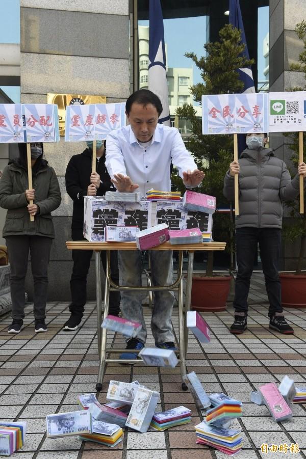 國民黨主席候選人李新今日在中央黨部前,就黨産議題召開記者會,並提出「黨產歸零、黨員分配、全民分享」等訴求。(記者叢昌瑾攝)