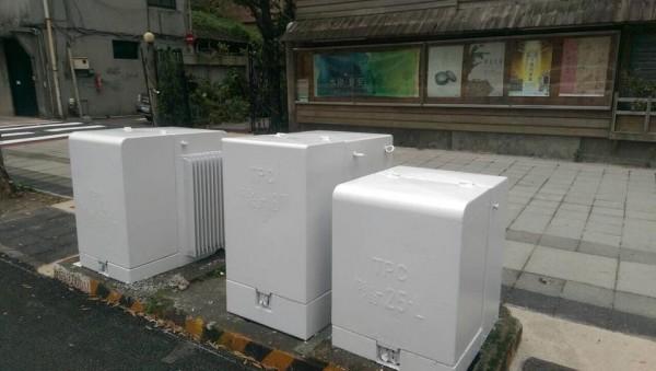 近日台北市變電箱悄悄「漂白」,調和街景色調。(圖片擷取自台北生活景觀改造計畫粉絲頁)