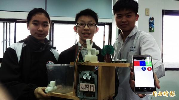 國華國中國二生,發明多功能水位測量器,獲得全國發明展冠軍。(記者朱則瑋攝)