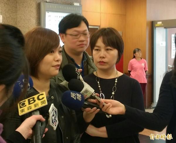 親民黨立委陳怡潔(左)表示內政委員會票投民進黨召委,是因為支持清算國民黨不當黨產。(記者陳鈺馥攝)