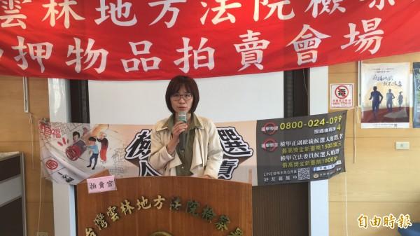 雲林地檢署氧氣美女檢察官陳祥薇拍賣烏魚胗。(記者黃淑莉攝)