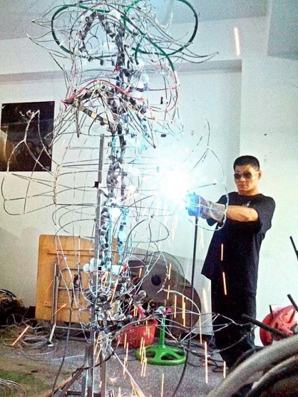 王秋雄與友人經營製作花燈工作室。(圖擷取取自王男臉書)