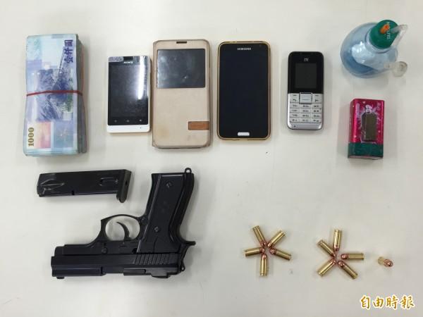 警方查扣道具槍彈及犯罪工具、贓款。(記者李忠憲攝)