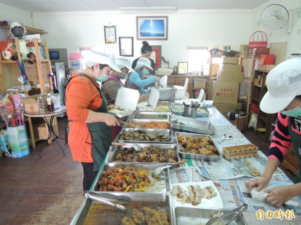 口湖金湖休閒農業發展協會辦送餐,發掘不少弱勢家庭堅毅的光明面。(記者陳燦坤攝)