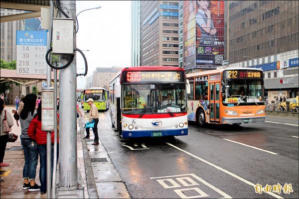 大台北公車票價緩漲,新北市審理運價(成本)至今沒有下文,票價跟著受影響,更打亂北市既定時程。(記者郭逸攝)