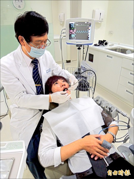 植牙費用從四萬元到十五萬元不等,衛福部將研擬收費標準指導方案給各地醫療院所。圖中人物與新聞無關。 (資料照,記者蔡淑媛攝)