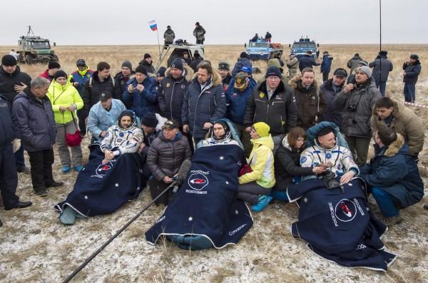 凱利與俄國太空人柯尼揚科(Mikhail Kornienko,左)、沃卡夫(Sergey Volkov,中)一同平安返回地球。(圖片由NASA提供)
