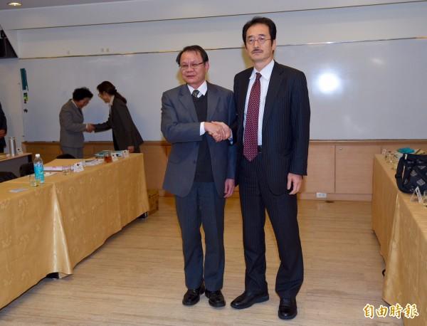 漁業署長蔡日耀(左)會前與日本水產廳次長長谷成人(右)握手致意。(記者羅沛德攝)