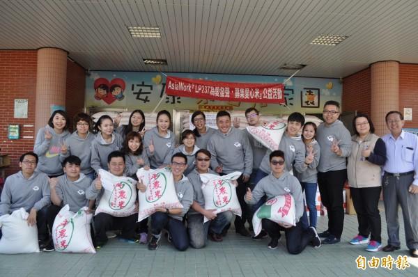 「台灣領袖行動237」成員們募集白米捐給社福團體與弱勢家庭。(記者周敏鴻攝)