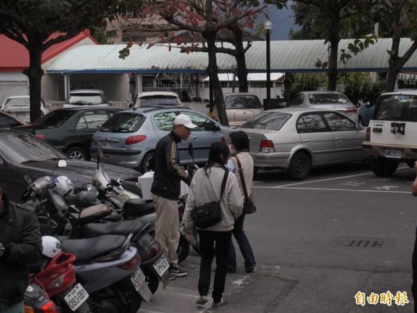調查人員查扣相關文件,釐清台東縣農業處是否涉及不法。(記者陳賢義攝)