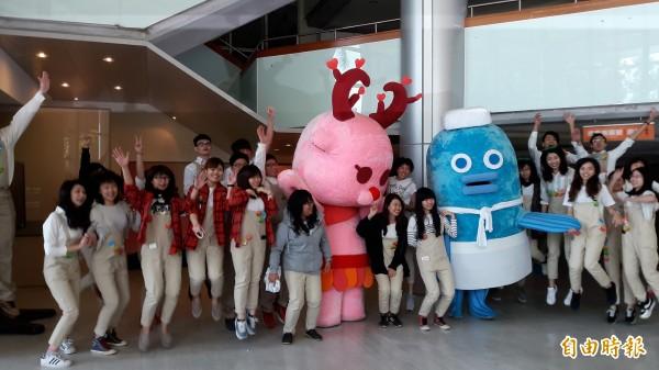 台東大學數媒文教系應屆畢業生以台東特色設計5款吉祥物,洛神鹿及溫泉魚率先亮相。(記者黃明堂攝)