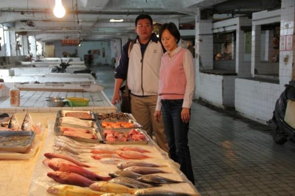 屏東市長林亞蒓巡視西市場,希望妥善規畫重現西市場風華(市公所提供)