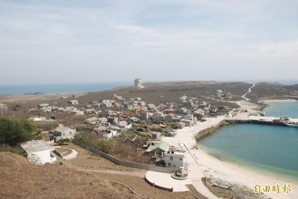 澎湖東吉嶼因有天然良港,曾被台電選為低放射性廢棄物場址之一。(記者劉禹慶攝)