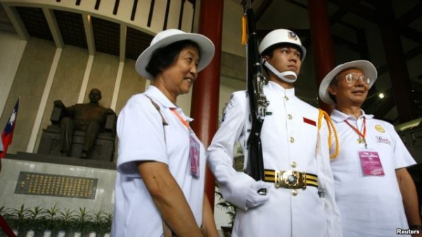 中國遊客在台灣中正紀念堂合照。(路透社)