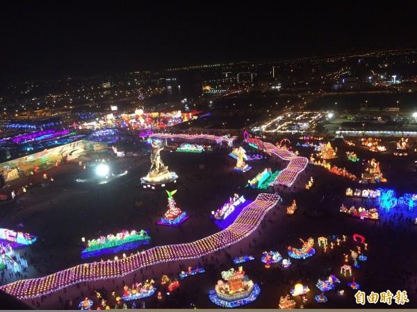 台灣燈會入夜後的燈區盛況。(記者李容萍攝)