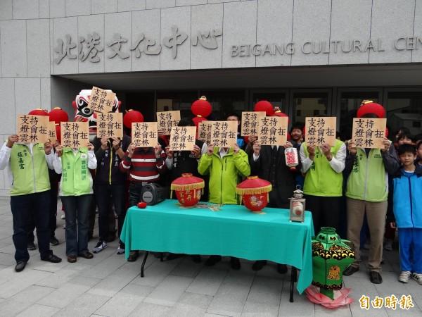 支持2017雲林舉辦台灣燈會,地方人士呼籲用標語擋臉更換FB大頭貼表達心聲。(記者鄭旭凱攝)