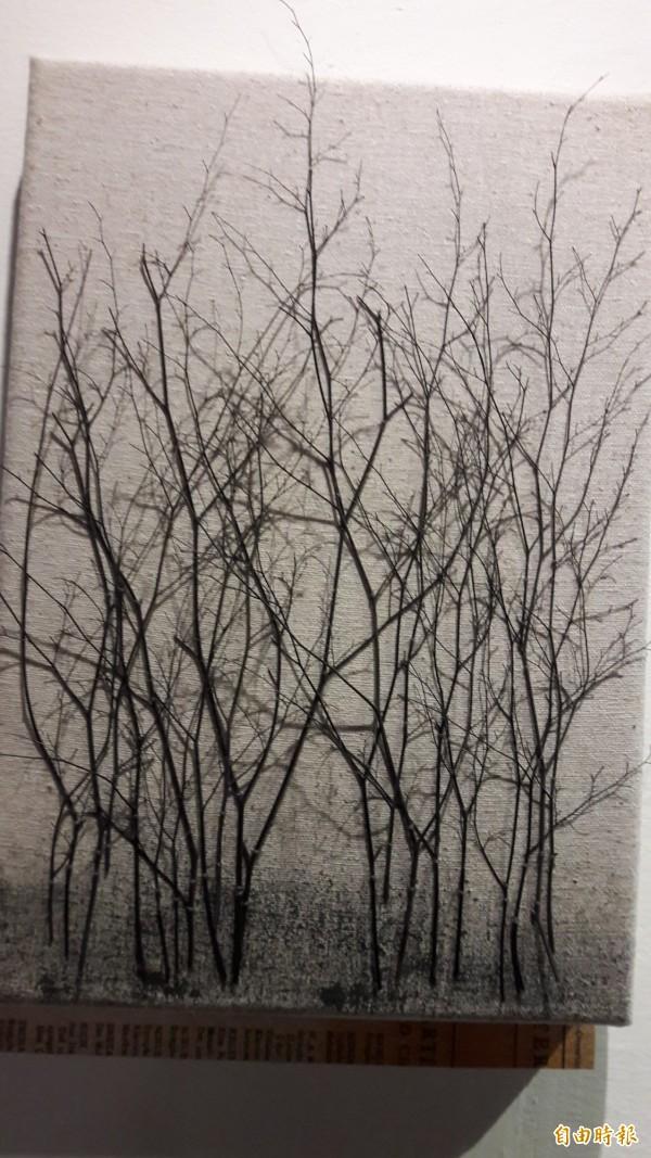 浪漫的森林畫,是樹枝排列而成。(記者黃明堂攝)