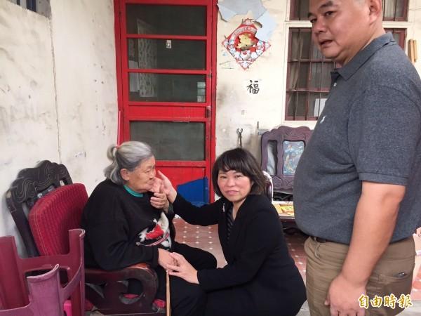 國民黨主席補選參選人黃敏惠(中)到台中忠義里探視榮民。(記者李忠憲攝)