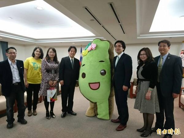 台灣達及日本青年交流會代表加藤秀彥(右三),今日跨海來台南送愛心。(記者洪瑞琴攝)
