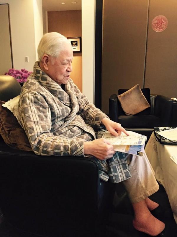 謝金河透露,李家客廳擺滿物聯網相關的專書及雜誌,他不禁讚賞李登輝活到老學到老、打破砂鍋問到底的精神。(圖擷取自謝金河臉書)