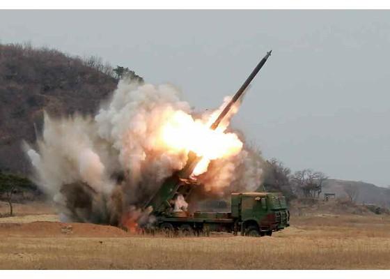 南韓軍方指出,北韓昨日的發射行動是在進行新型大口徑火箭炮的試射活動,若部署在軍事分界線附近,射程將覆蓋南韓首都圈的軍事核心設施。(圖擷取自勞動新聞)